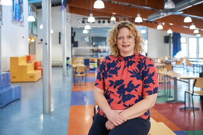 Directeur Ester van Eggelen in de aula van de school Het Hooghuis in Heesch.