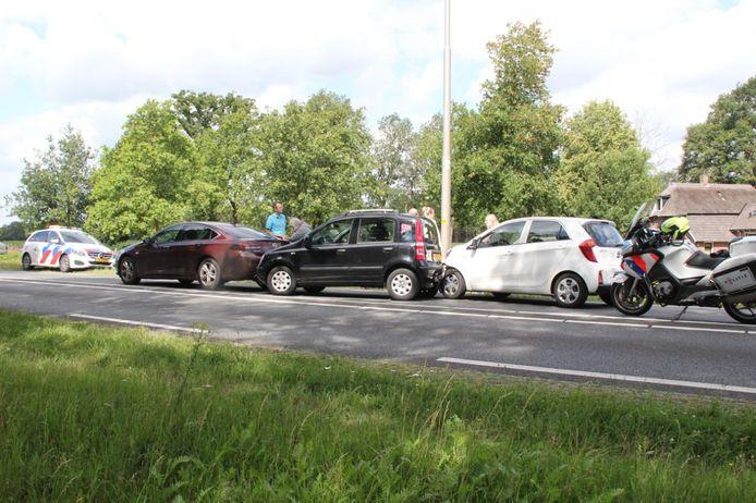 Drie auto's en twee bedrijfsbussen raakten betrokken bij een kop-staartbotsing.