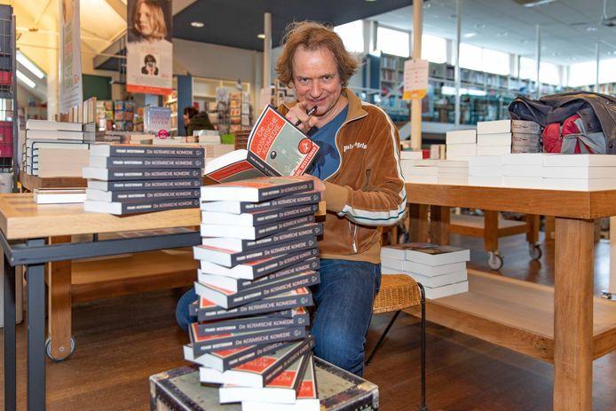Schrijver Frank Westerman signeerde dinsdag een grote stapel boeken in De Koperen Tuin in Goes.