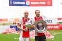 Davy Klaassen en Daley Blind met de KNVB-beker en de kampioensschaal.