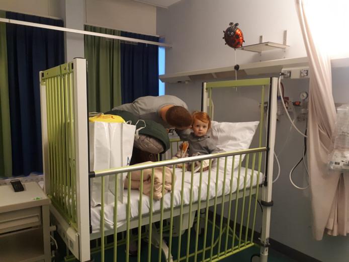 De 17 maanden oude Floor de Zwart is één van de eerste patiëntjes die vanochtend van Amphia Langendijk naar het nieuwe ziekenhuis aan de Molengracht wordt verhuisd. Vader Nick gaat mee in de aangepaste vrachtwagen waarin Floor zo met bed en al wordt gereden.