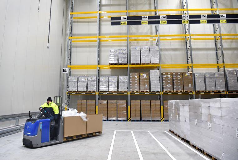 Het nieuwe distributiecentrum van Lidl in Oosterhout (Gelderland). De vriezer kan een paar uur lager worden gezet om het lokale stroomnet te ontlasten. Ook staat er op het terrein een batterij met een vermogen van 1 megawatt.  Beeld Marcel van den Bergh / de Volkskrant