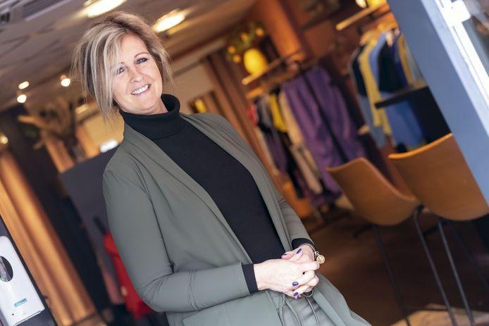 De Almelose binnenstad verwelkomde in coronatijd twintig nieuwe winkels. Ondernemen tegen beter weten in? In tegendeel: de flair spat er vanaf  bij de ondernemers. Op de foto Simone Moons in haar modezaak aan de Oranjestraat.