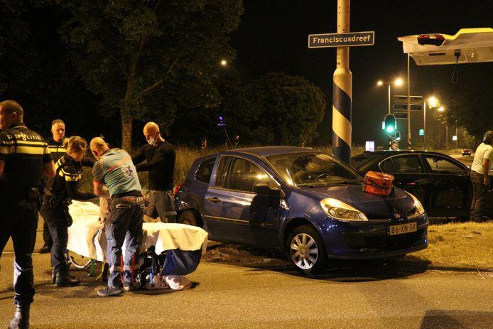 Ambulancepersoneel wist de bestuurder uit zijn auto te redden.