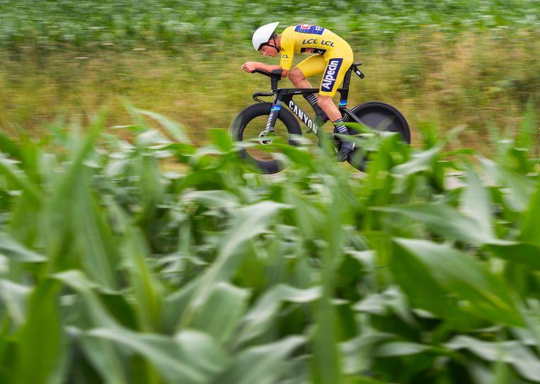 Mathieu van der Poel in de gele trui tijdens de individuele tijdrit. Hij zou die gele trui behouden.  Beeld Klaas Jan van der Weij