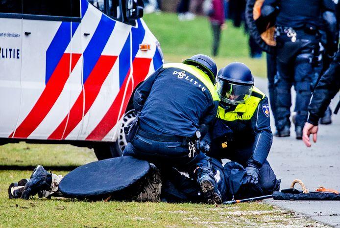 Beeld ter illustratie: een van de twintig aanhoudingen tijdens de demonstratie zondag op het Malieveld.