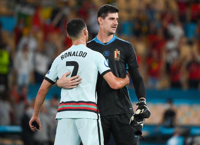 Thibaut Courtois en Cristiano Ronaldo omhelzen elkaar na de match.