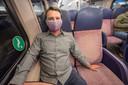 Stijn de Vreede met zijn mondkapje in de trein in Den Haag. Foto:Frank Jansen