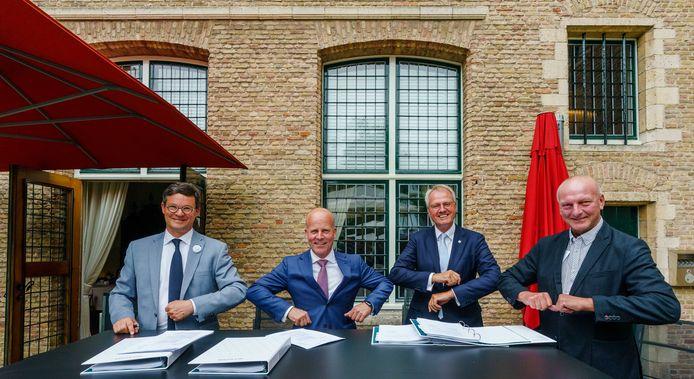 In Middelburg tekenden de Vlissingse burgemeester Bas van den Tillaar, staatssecretaris Raymond Knops (Binnenlandse Zaken), Commissaris van de Koning Han Polman en dijkgraaf Toine Poppelaars het akkoord over het compensatiepakket.