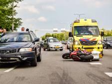 Door auto geraakte motorrijder op N325 in Arnhem komt met de schrik vrij