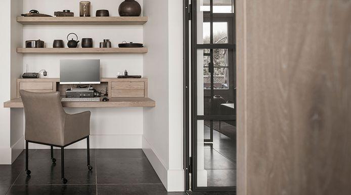 Bij deze verbouwing wordt dit hoekje in de woonkamer overdag gebruikt als bureau.