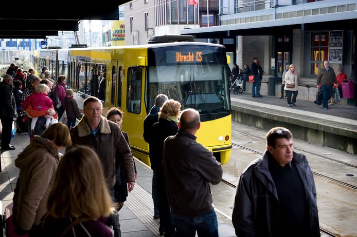 Voor de vernieuwing moeten de haltes langs de tramlijn worden verlaagd.