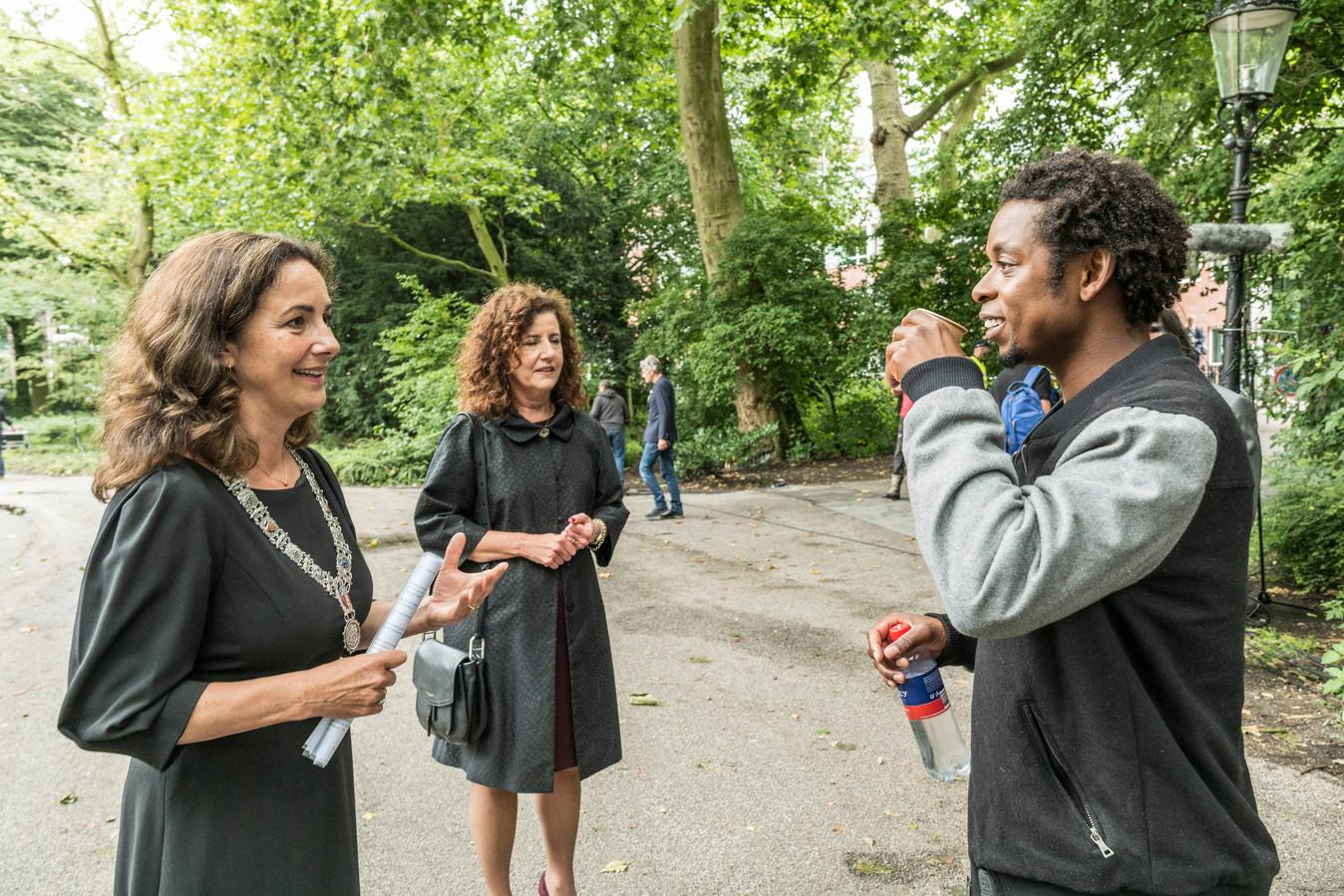 De Amsterdamse burgemeester Femke Halsema en staatssecretaris Ingrid van Engelshoven met rapper Typhoon tijdens de Keti Koti viering in het Oosterpark vorig jaar.