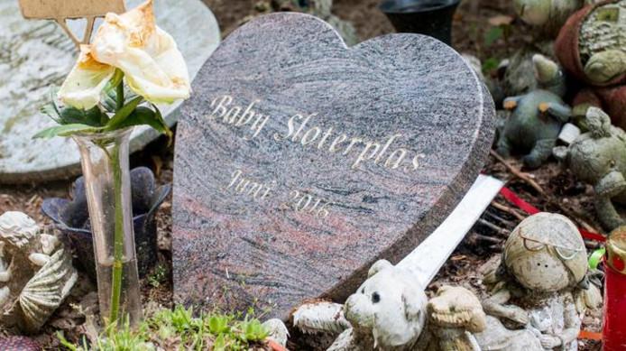 Grafje van de onbekende dode baby, gevonden bij de Sloterplas in juni 2016.