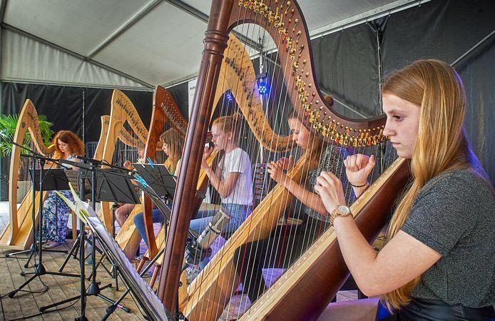 Het Harpenensemble van Kunst & Co. in de tuin van Sint Jan in Uden. foto Jeroen Appels/Van Assendelft