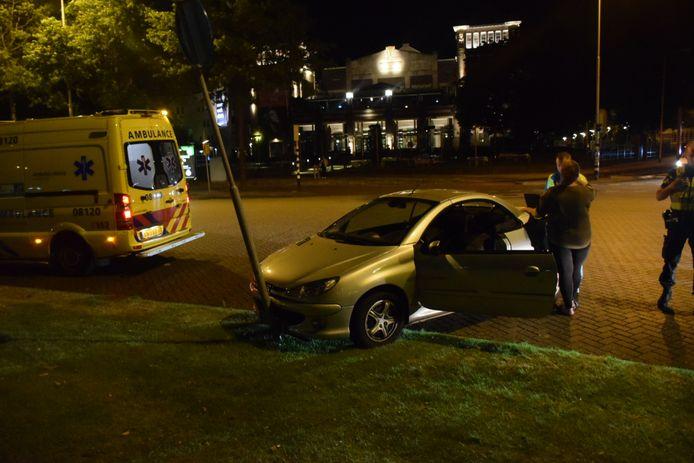 De Peugeot kwam tegen een lantaarnpaal tot stilstand.