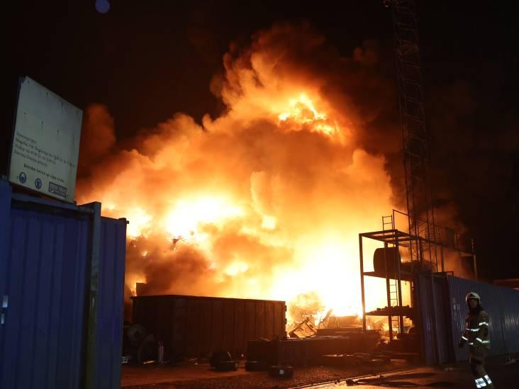 Metershoge vlammen bij brand in verschrotingsbedrijf in Den Bosch