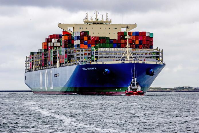 Aankomst van de MOL Triumph in Rotterdam. Het gloednieuwe schip kan meer dan 20.000 containers vervoeren.