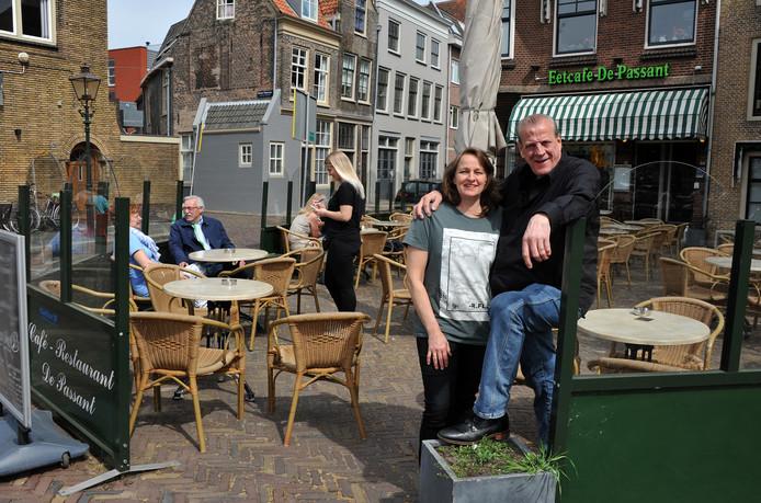 Peter en Yvonne van Wijngaarden op het terras bij de Dordtse havens. ,,We hebben altijd zes dagen in de week gewerkt.''