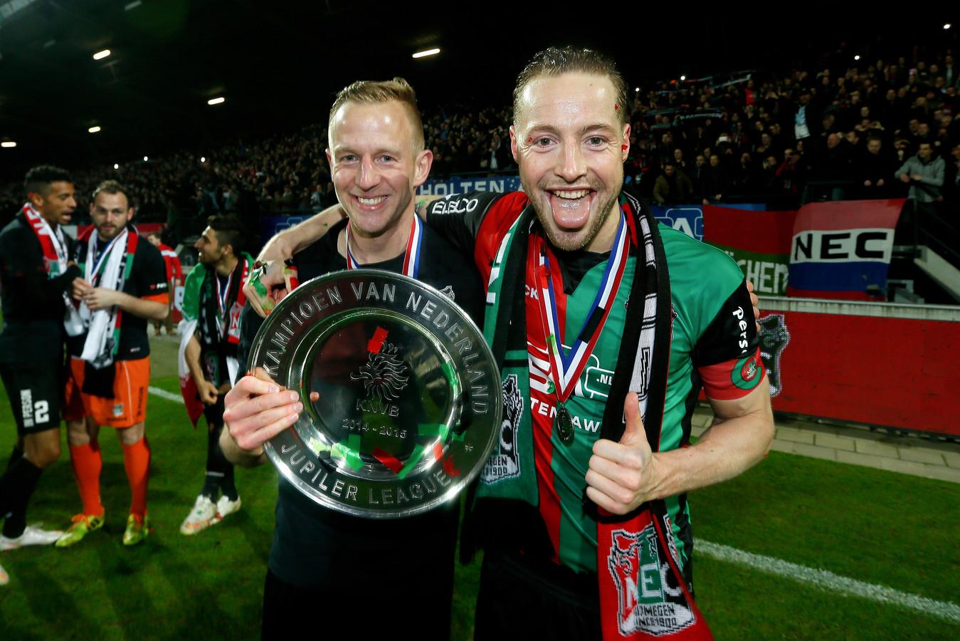 Rens van Eijden (rechts) met Sjoerd Ars na het kampioenschap van NEC in het seizoen 2014/15.