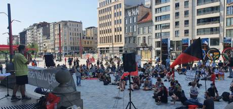 """Actievoerders troepen samen op Operaplein voor solidariteitsactie: """"Verdomme moedig van die hongerstakers"""""""