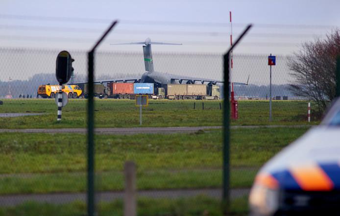 Geheimzinnige activiteiten op en rond vliegbasis Volkel. Wat er in deze C-17 werd vervoerd, blijft onduidelijk.
