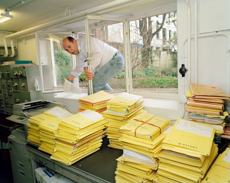 2007. Een werknemer van een Octrooibureau neemt de kortste route naar het archief. Beeld Jan Dirk van der Burg