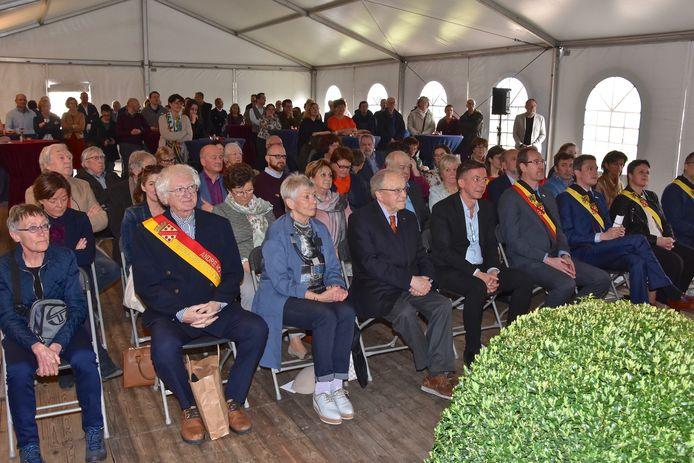 Midden vooraan ereburger Gaston Durnez in april dit jaar tijdens de officiële aanstelling van ereburger Carll Cneut.