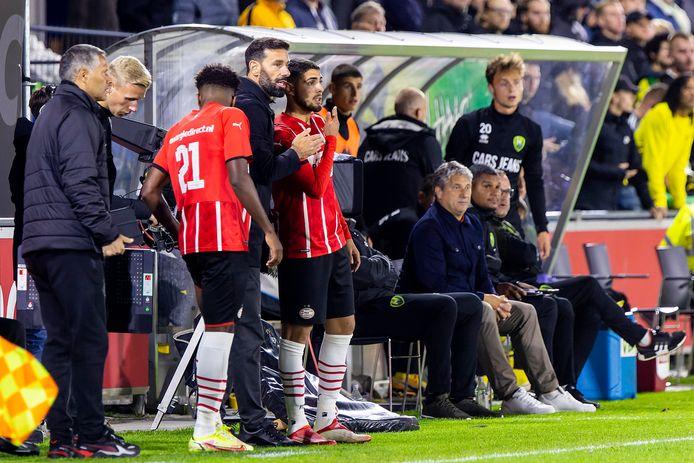 Ruud van Nistelrooy instrueert Maxi Romero (midden).