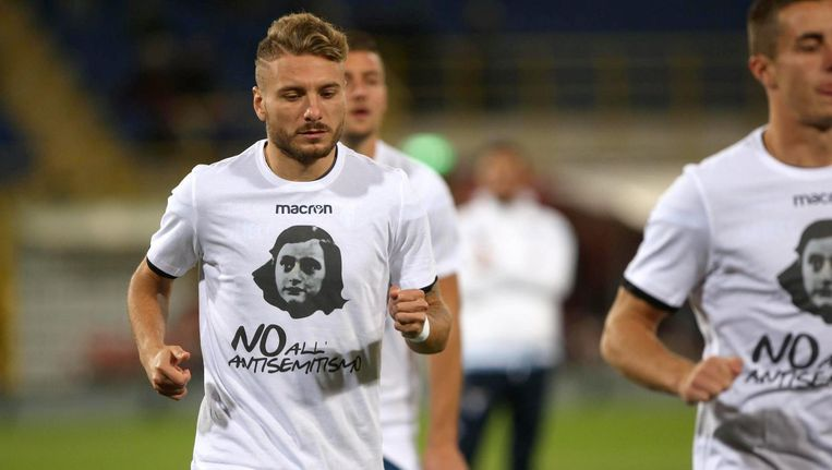 De spelers van Lazio Roma liepen warm in shirts met daarop een afbeelding van Anne Frank. Beeld anp