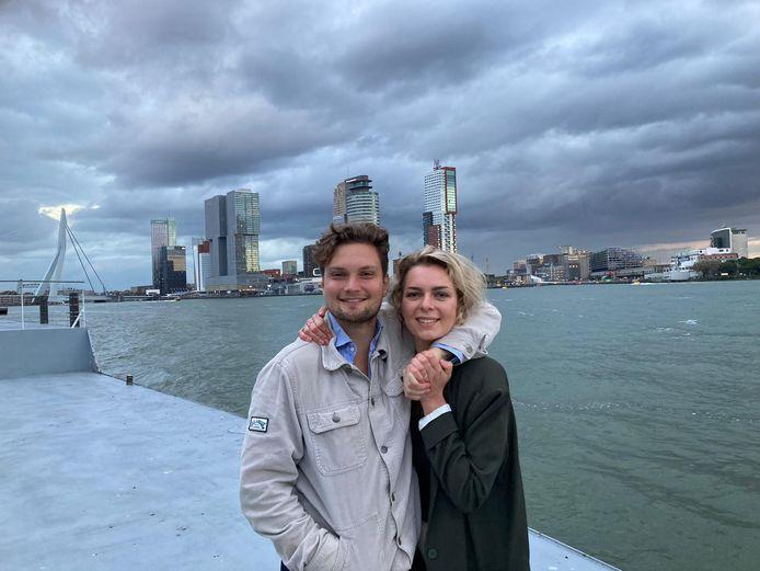 Hanna Ton samen met haar vriend Rutger van Stigt Thans, die ze een dag voordat alles dichtging in Nederland ontmoette in het café waar ze werkte.