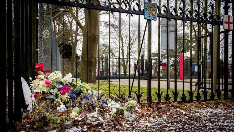 Bloemen bij de Van Oudheusdenkazerne in de Nederlandse gemeente Hilversum, waar de teamleider werkzaam is. In de kazerne worden de lichamen van de ramp geïdentificeerd. Beeld ANP
