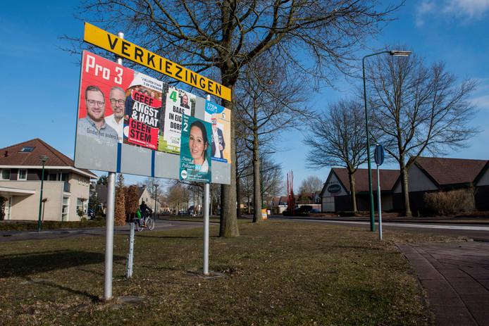 Een van de twee verkiezingsborden op de rotonde Europalaan-Marktstraat in Kaatsheuvel.