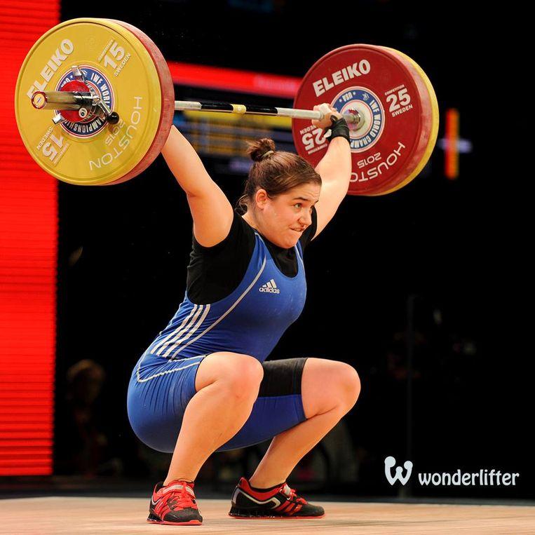 Anna Van Bellinghen in actie op het Europees kampioenschap gewichtheffen.