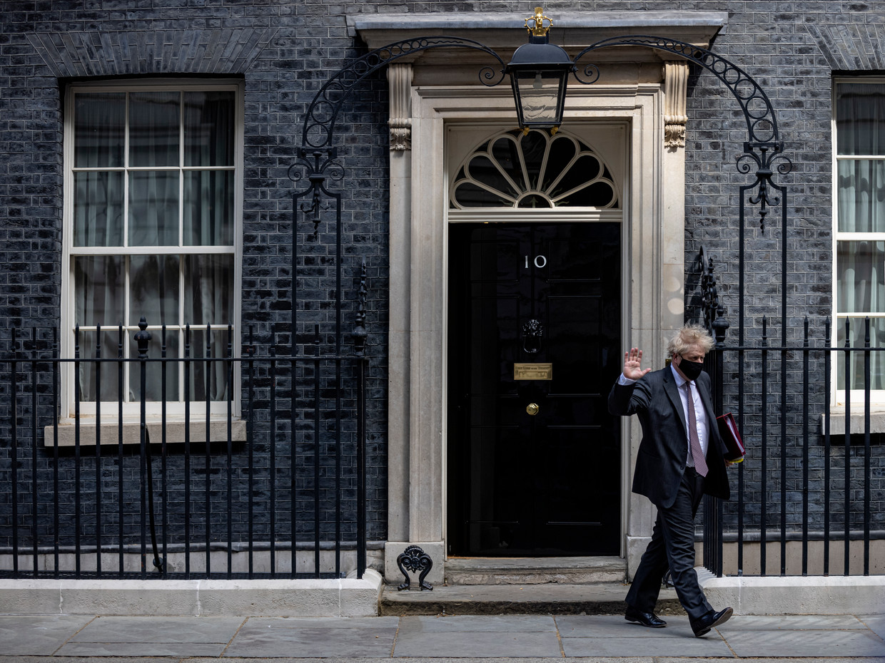 Boris Johnson verlaat de ambtswoning. Beeld Getty Images