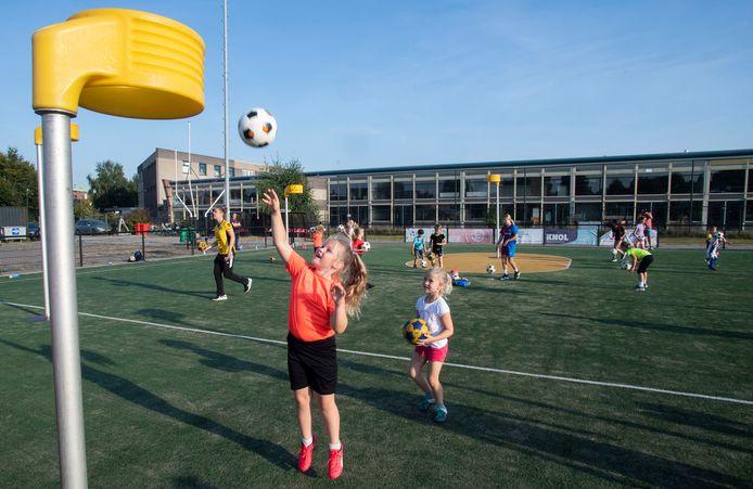 De eerste korfbalclinic was bij korfbalvereniging AKC op het Sportpark. Het is de aanloop naar de schoolkampioenschappen eind september. Mogelijk moet AKC van die locatie verhuizen.