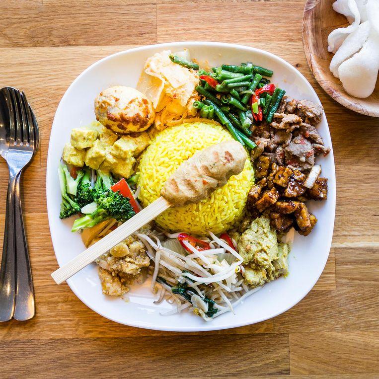 'De Balinese gerechten van Made's Warung zijn ontzettend lekker.' Beeld Tammy van Nerum