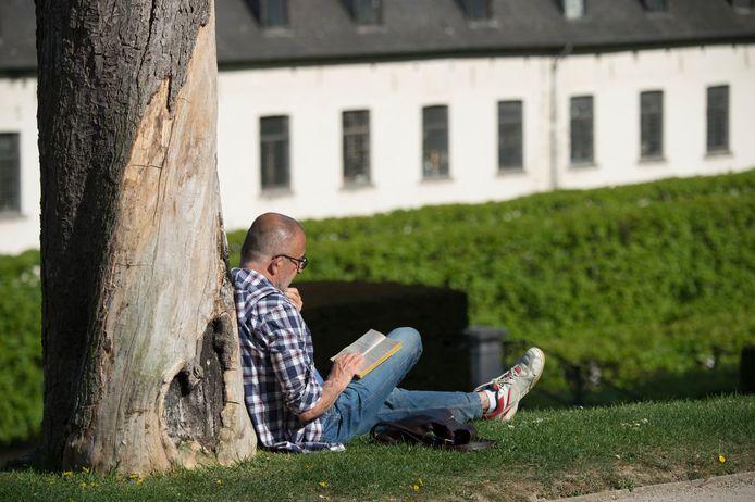 Un homme se détend dans les jardins de l'Abbaye de la Cambre (illustration).