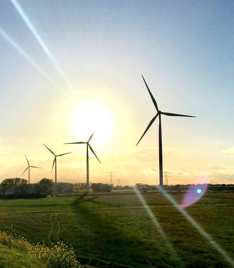 Tegenwind Oude IJssel biedt 4500 handtekeningen aan tegen windturbines bij Doetinchem