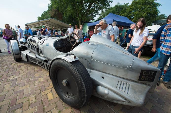 Classic Wings & Wheels op vliegbasis Gilze in 2017. Op het tweejaarlijkse evenement zijn ook op 31 augustus heel bijzondere auto's te zien en historische vliegtuigen te bewonderen.