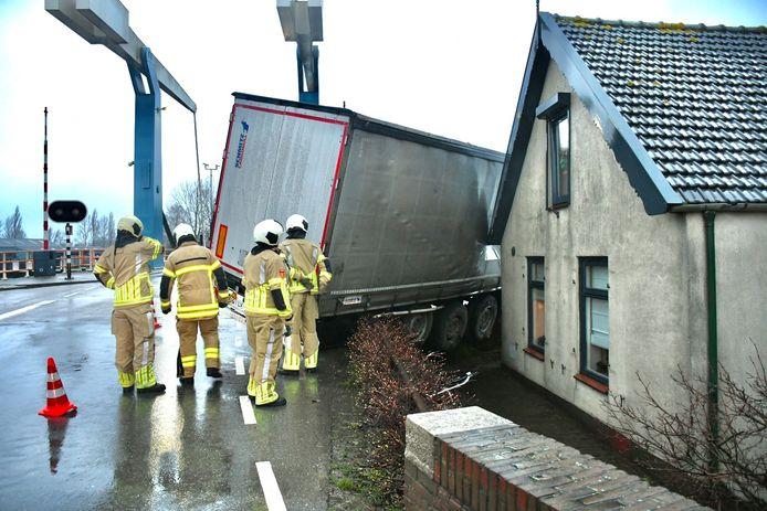 De trailer van de vrachtwagen belandde tegen de woning aan, waardoor een deel van het kruispunt moest worden afgesloten.