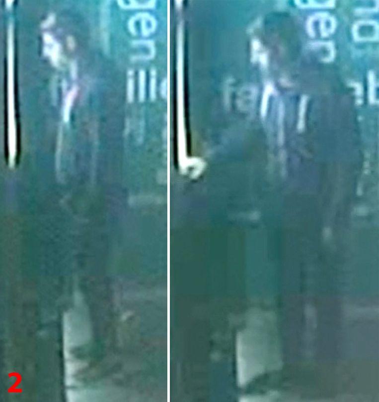 De verdachte aan de bankautomaat in de Patersstraat in Turnhout.