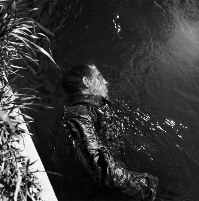 Een bewaker van concentratiekamp Dachau ligt dood in een kanaal. Als oorlogscorrespondente maakte Lee Miller confronterende beelden. Beeld Lee miller
