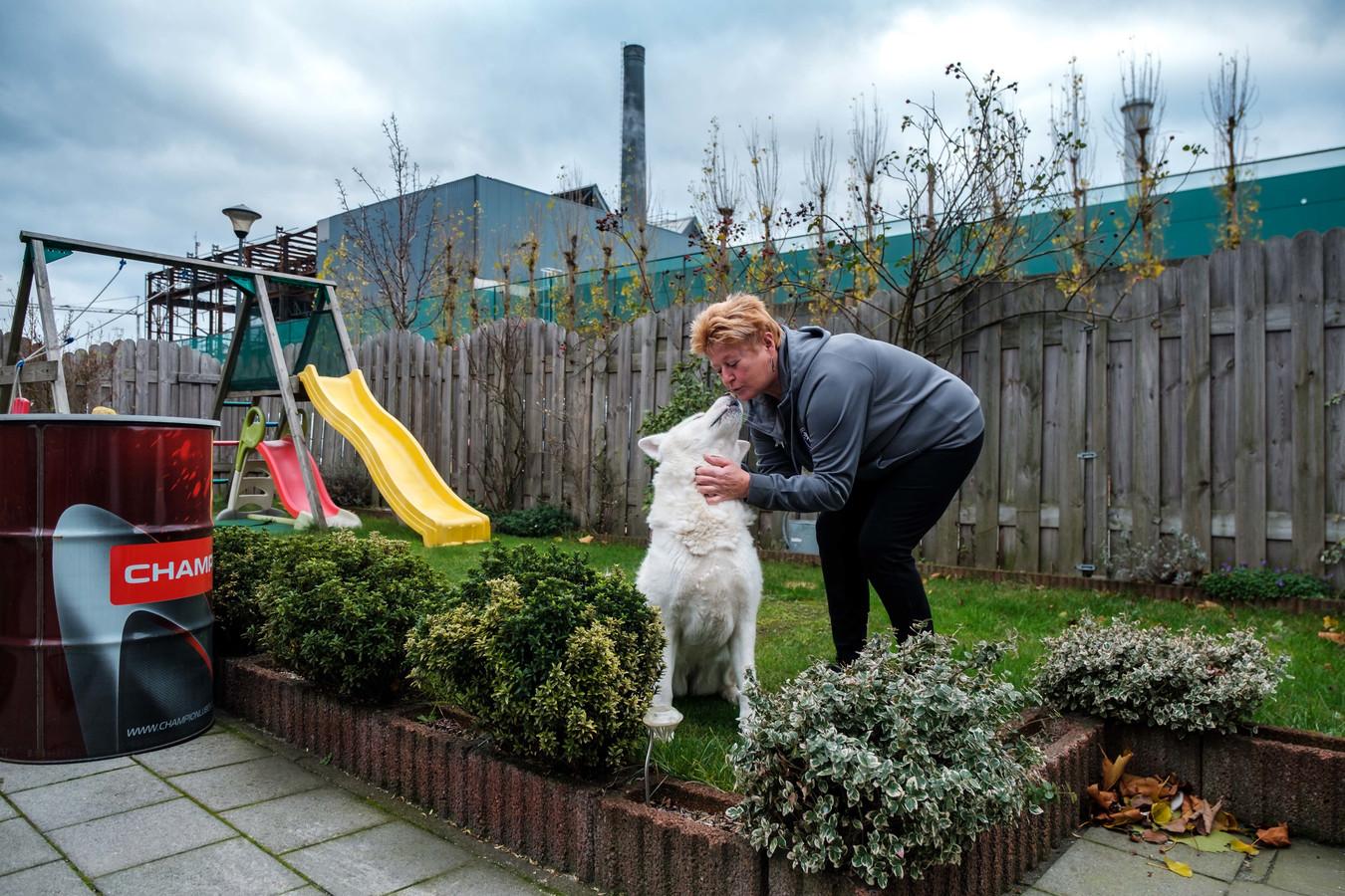 Christel De Maeyer (56) huurt een sociale woning van Woonhaven met een tuin in de schaduw van de Umicore-schoorsteen.  Nu ze met haar hond verplicht wordt te verhuizen, heeft ze schrik om in een kleine studio zonder tuin terecht te komen.