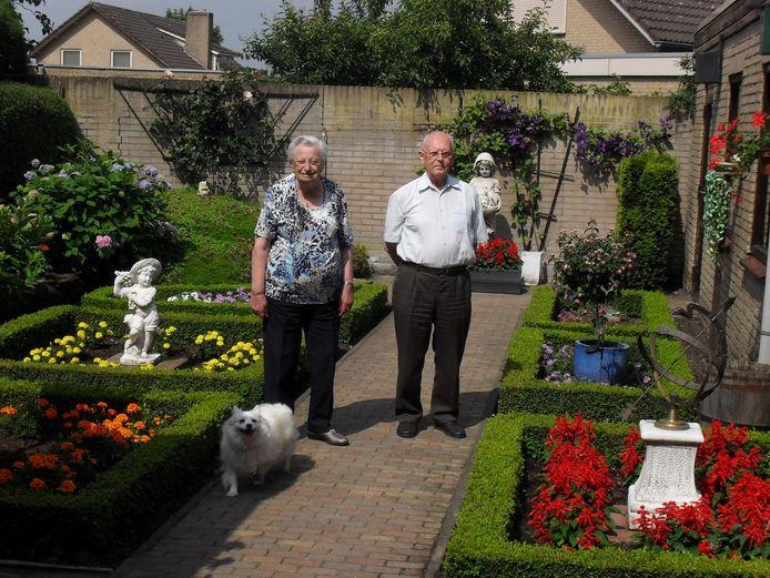 Harrie en Riek en Flosje in de tuin aan het Liebregtsplein in Vorstenbosch