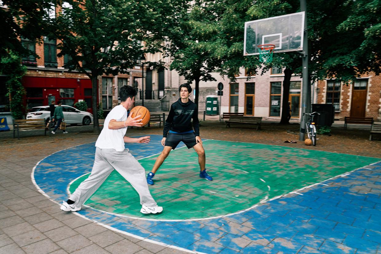 Ibrahim en Elias spelen tegen elkaar op de Veemarkt in Antwerpen. Beeld Joris Casaer