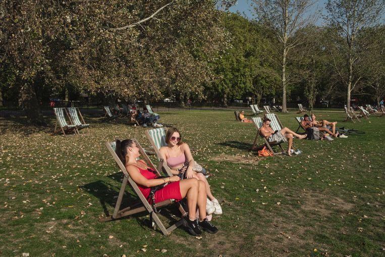 Britten genieten van het mooie weer in het park. Beeld Carlotta Cardana