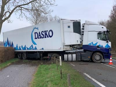 N57 bij Serooskerke afgesloten door geschaarde vrachtwagen