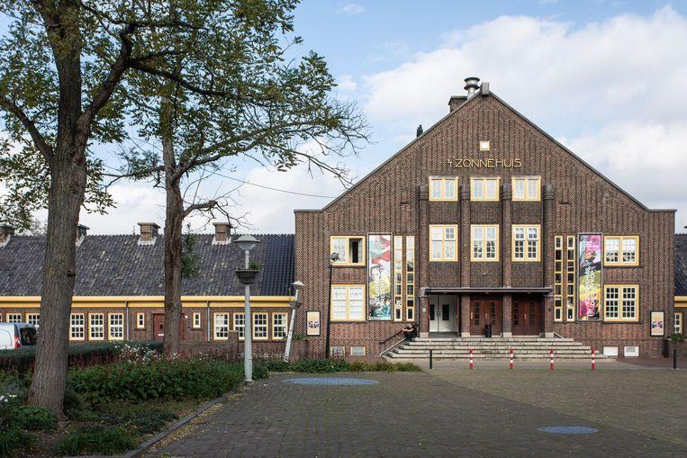 Het Zonnehuis, het cultureel centrum op de kop van het plein, is nog nadrukkelijk aanwezig. Beeld Dingena Mol