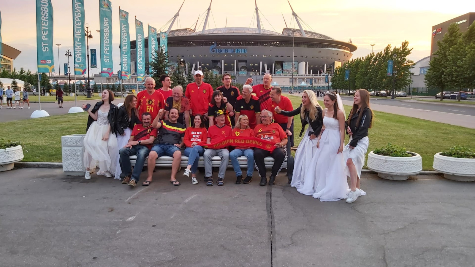 Verbroederen met de Russen? Dat zit al snor. De Belgische supporters dollen met enkele meisjes die op vrijgezellenavond zijn.
